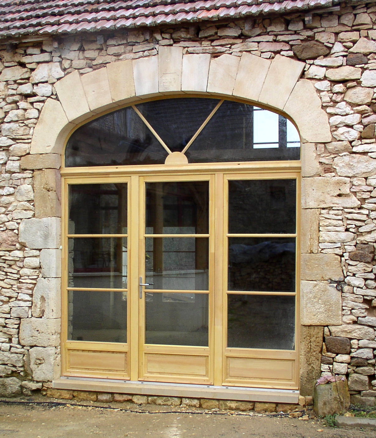 Porte-fenêtre en pin sylvestre avec imposte en anse de panier