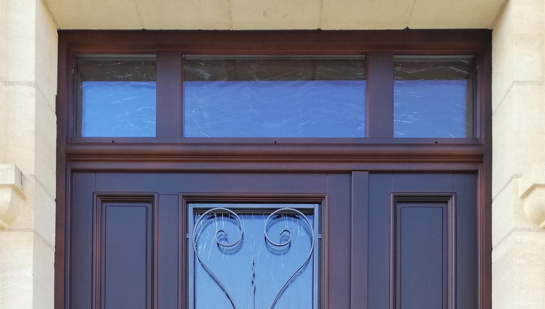 Porte d'entrée spéciale en bois exotique, lasure foncée