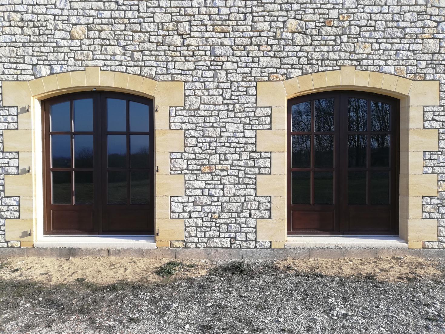 Portes-fenêtres en bois exotique, lasure foncée, avec cintre surbaissé et petits bois mortaisés