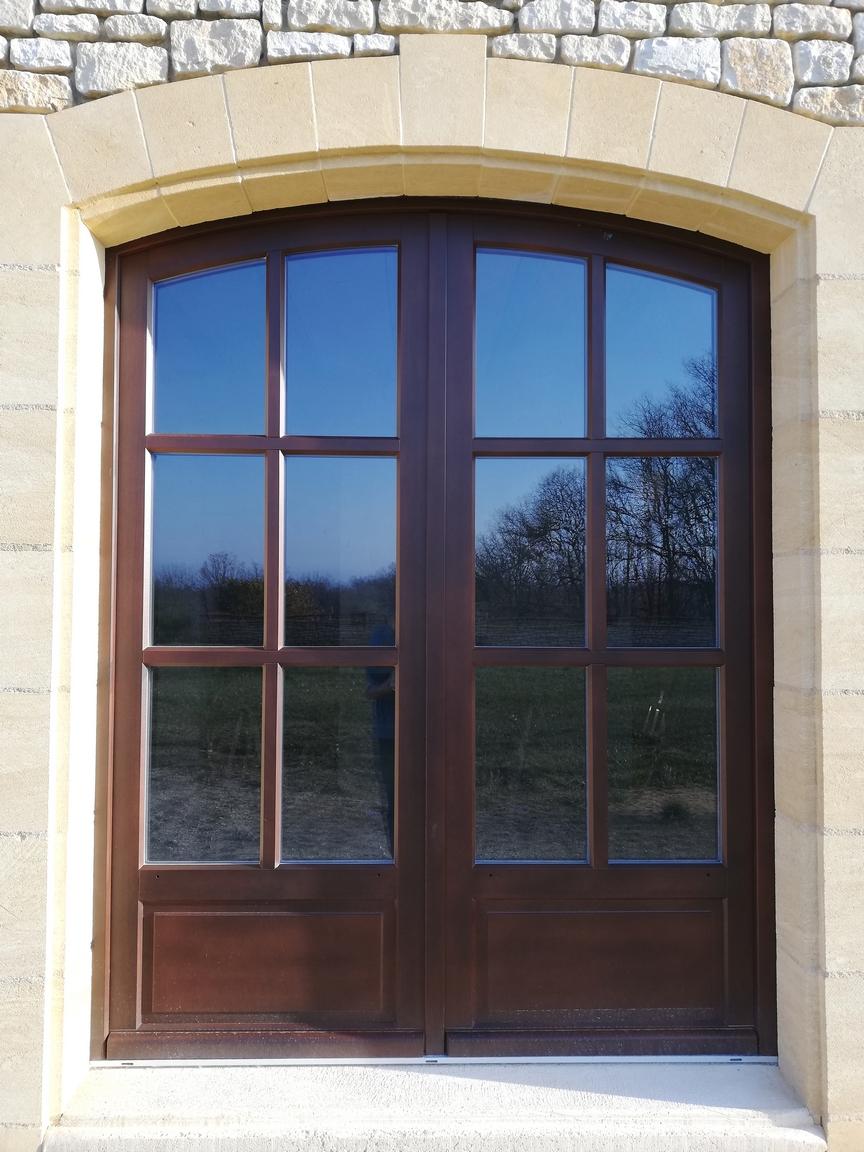 Porte-fenêtre en bois exotique avec cintre surbaissé et petits bois mortaisés